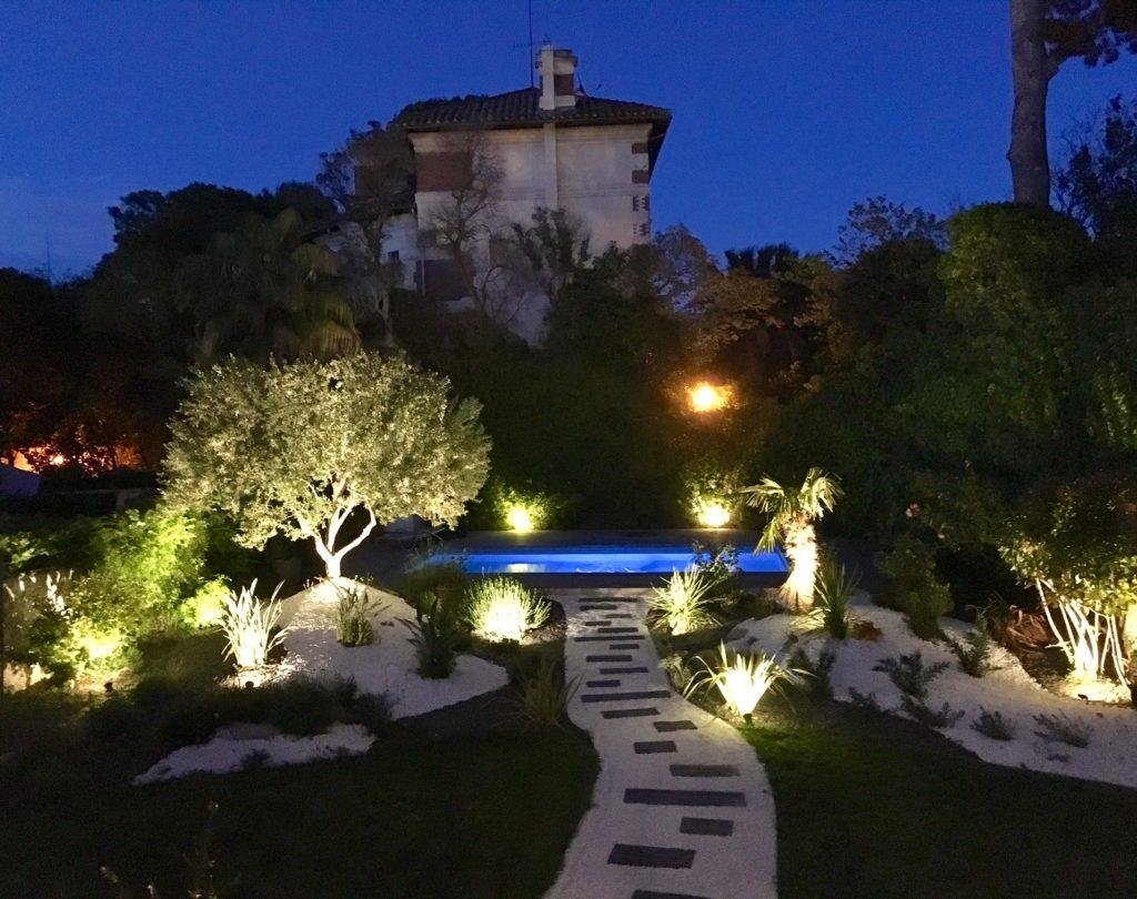 Eclairage De Terrasse Sur Pied jardin paysager au pied de notre dame – Éclairer son jardin